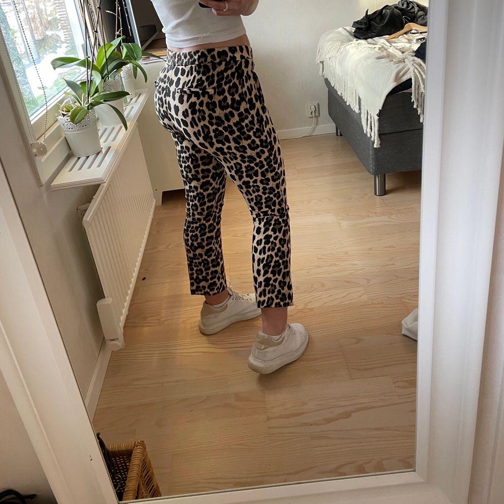 !!Balla brallor i leomönster!!!🤍🤍🤍 från Zara, strl M. Raka nedtill och lite kortare i modellen. . Jeans & Byxor.