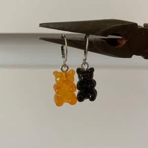 Säljer supersöta gummibjörns örhängen i orange eller svart. Endast 27kr inkl frakt! Kontakta mig vid intresse! 💜