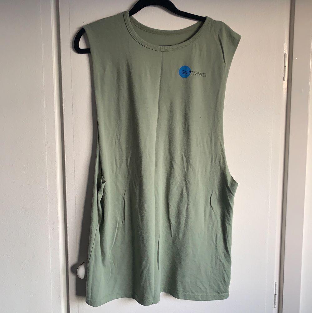 Surf linne köpt nere i Sri lanka! Finns bara få av denna tröjan i värden, snyggt att knyta till magtröja och ha till ett par jeans shorts 💕. Toppar.