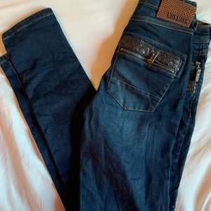 Märkesjeans Mos Mosh jeans Naomi med äkta läderdetaljer och dragkedjor vid fickorna. Stuprörsmodell/slim fit storlek 25. Bra strech därav väldigt bekväma. Unika i sin stil. Nypris 1300kr