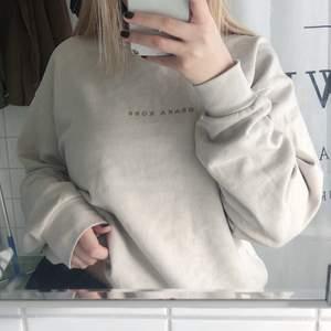 Beige oversize sweatshirt i storlek XS. Den är herrmodell så den är lite större i storleken. Frakt 66kr spårbart🌟