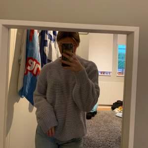 Super mysig stickad tröja, mycket fin färg, oversized och perfekt för sommarkvällar
