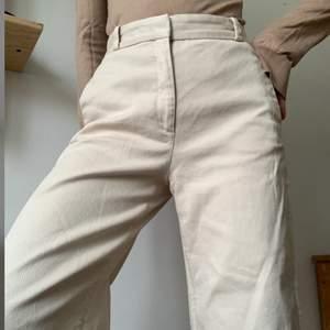 Jeans i fin kräm/beige färg som jag köpte av en tjej här på Plick. Nyskick och superfina. Från & Other Stories. Tyvärr satt de inte exakt som jag trodde - har väldigt raka höfter så de är liite stora - därför säljer jag vidare till någon som kommer använda dem mer! De passar en normal storlek 36 eller W26-27. Skön passform. Benen är raka/vida och lite croppade (lite längre än ankellängd på mig som är 170 cm), perfekt till sneakers på sommaren! Hämtas i Malmö eller Lund (obs, är endast i Lund varannan helg) eller skickas mot att köparen betalar frakt.