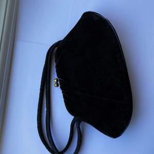 Säljer denna fina vintage väska från 80 eller 90-talet🥰🥰 otroligt söt men kommer ej till användning. Är ganska liten men passar som en fin accessoar!❤️