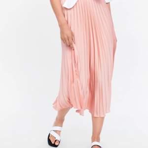 Säljer denna superfina kjol från zara i storlek S💖 Kjolen har aldrig använts så den är i nyskick med lappen på (se bild). Köpte den för 349kr och säljer den för 200kr. Pris kan annars diskuteras💓