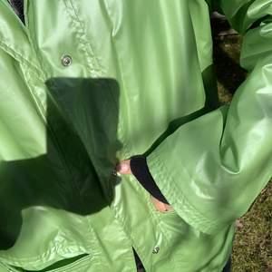Säljer denna underbara gröna regnjacka! Den är hur fin som helst i solen då den skimrar!🥺 Får tyvärr inte plats i garderoben längre därav söker nytt hem! Köparen står för frakt💚💚