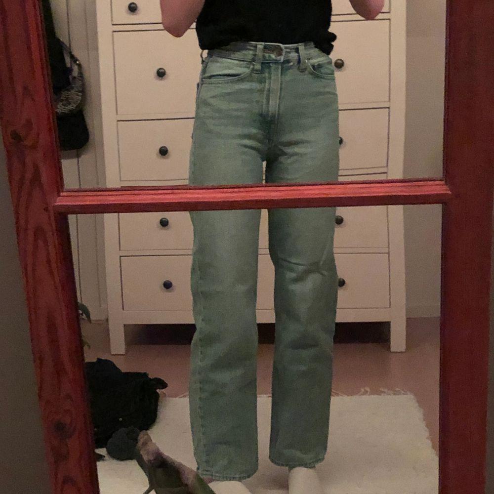 köpta på HM för länge sedan! Väl använda men i toppskick, säljer för att jag har växt ur de :( (jag är 170 cm) annars är de hur bra och fina som helst!! frakt tillkommer. pris kan diskuteras✨. Jeans & Byxor.