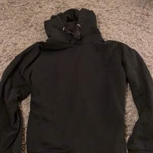 En svart hoodie från lager 157, inköpt förra året och används många gånger men i väldigt fint skick. Använder den dock knappt längre eftersom jag har många andra Hoodies. Sitter jättefint och är jätteskön.