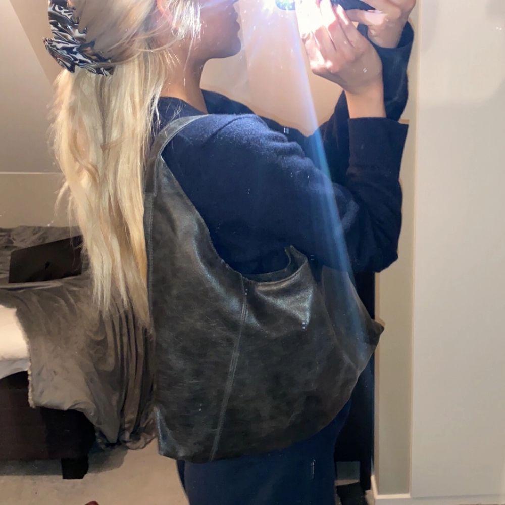 Läderväska, väldigt cool och trendig . Väskor.