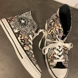 Helt oanvända Converse i storlek 41. Något smutsiga på grund av att dom stått bland andra skor, men dom ser fortfarande nya ut.