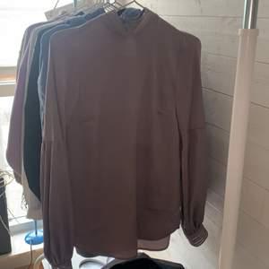 Säljer denna blus för den har aldrig varit min stil. Kom privat för mer bilder. Bra skick🌸frakt ingår inte