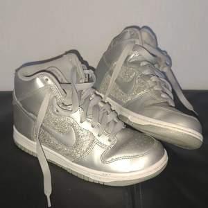 Säljer dessa ass snygga Jordan skor som tyvärr blivit för små och inte kunnats användas så mycket 😭😭 har du en storlek större kanske du vill byta eller så får du köpa för ett bra och rimligt pris:))