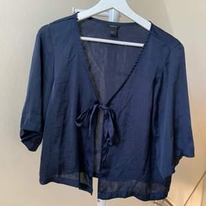 Mörkblå sidenblus med knytning, lite kortare och perfekt till sommaren! 😍