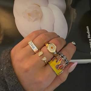 !!SÄLJER ENDAST RINGEN MED BLOMMAN!! Väldigt fin ring. Använd någon gång men är för liten tyvärr 🥺💕💕 skulle säga att den passar någon med lite mindre fingrar