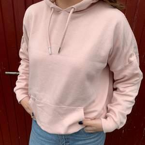 Ljusrosa hoodie från Monki i storlek xs, men den sitter oversized på mig som vanligtvis är S