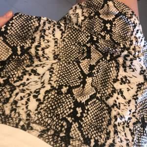 Orm mönstrad volang kjol, använd ett fåtal gånger. St M ❤️har två volanger. Köparen står för frakt! Budgivning i kommentarerna. Utgångs pris 100kr