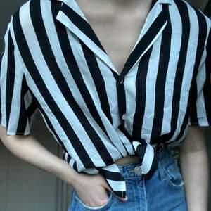 Skjortliknande blus i en kortare modell, köpt på Ginatricot. Går att knyta upp och ha på olika sätt. Perfekt till vår och sommar! Är i mycket gott skick. Strl 36. 75 kr och köparen står för frakten 🖤