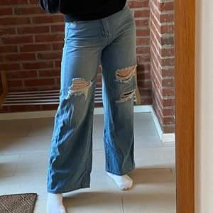 Svin snygga jeans med hål! Är lite noppriga där bak. Använda Max 3 gånger. Frakt ingår i priset