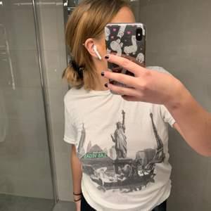 """marc jacobs t shirt, köpt i deras butik i stockholm som nu är stängd. den är """"sliten"""" vid armar, hals och nedre delen av tröjan då den är designad som vintage. super snygg och enkel tröja som gör en outfit lite snyggare! finns att hämta upp i vasastan, annars fraktar jag gärna men då står du för kostnaden."""