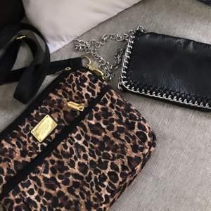Två fina väskor som säljs pga att de inte riktigt är i min smak längre! Väskorna är använda väldigt få gånger och i extremt bra skick! Leopard väskan är från Victoria's secret och den svarta är från tiamo!  Leopard:100kr tiamo:150kr