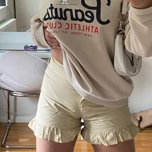 Beige shorts från NA-KD... Aldrig använt eftersom storleken är för små så den är som ny! På bilden är den skrynklig eftersom den har legat i garderoben väldigt länge men det går att fixa genom att stryka det. Hör av er om ni är intresserade eller har några frågor🤍☺️