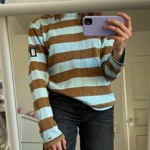 Så cool tröja från Tommy Hilfiger!! Väldigt fint skick då den inte kommit till så mycket användning💘 Strl S men passar XS-M. Budgivning i kommentarerna om flera är intresserade💜