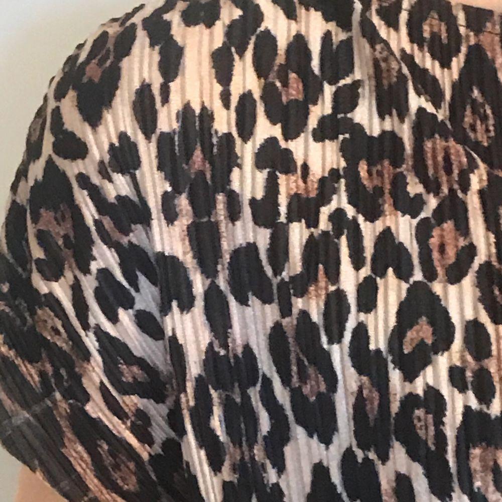 Säljer denna fina leopardmönstrade blusen från ginatricot just för att den inte kommer till användning. Har bara använt blusen 2 gånger så den är precis som ny! 🐆 . Blusar.