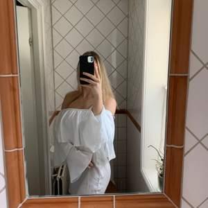 Vit klänning som funkar till student eller skolavslutning. Från PLT i storlek 8. Den är ganska genomskinlig men funkar med tex vita shorts under.
