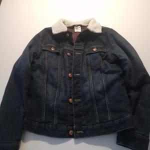 Fodrad jeansjacka i strl 152 från H&M. Väl använd men hel. För liten för min dotter, så nu söker den en ny ägare!
