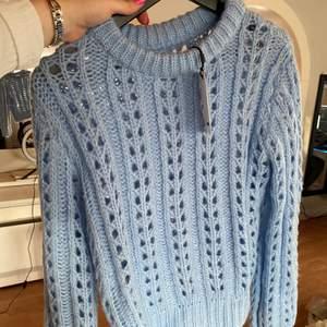 ♥️ Oanvänd stickad tröja i superfin blå färg. Storlek S. Prislappen sitter kvar, ord. pris 399 kr. Frakt tillkommer. ♥️