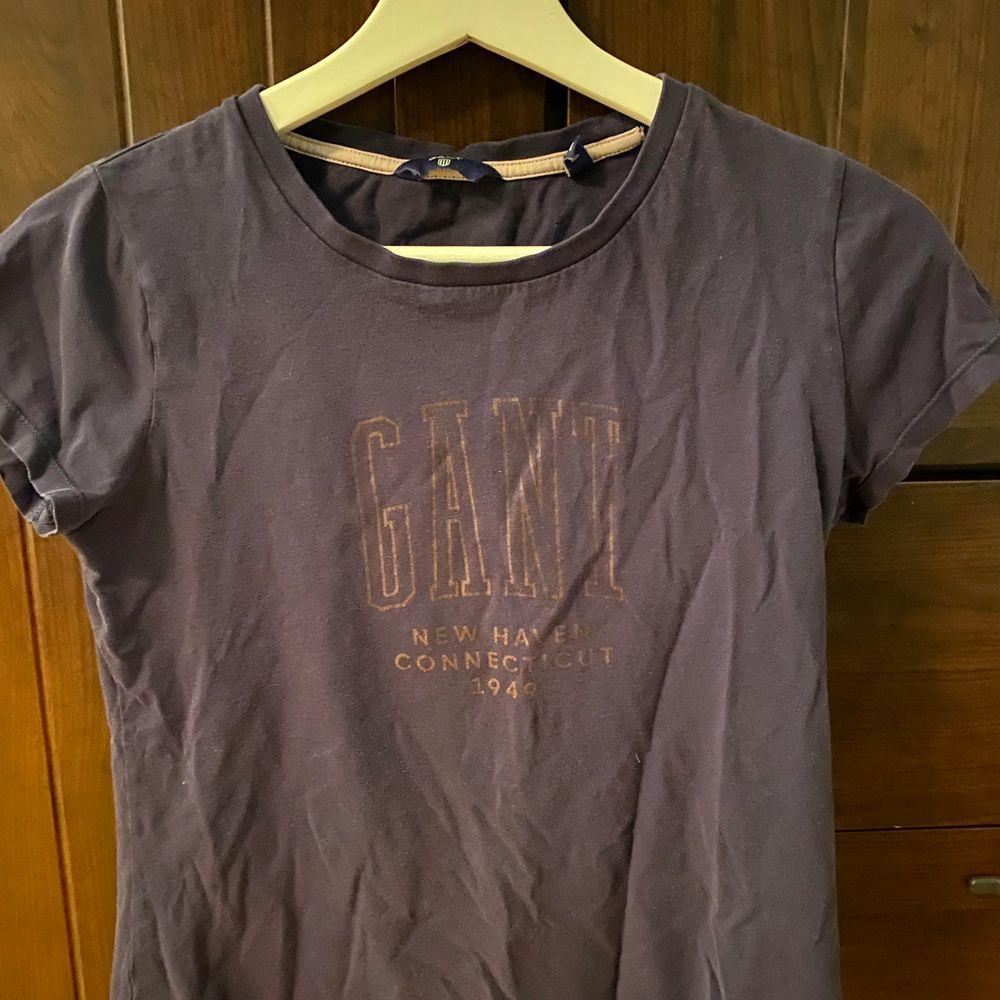 Säljer nu min mörkblåa gant t-shirt med vit text i strl. XS/S . T-shirts.