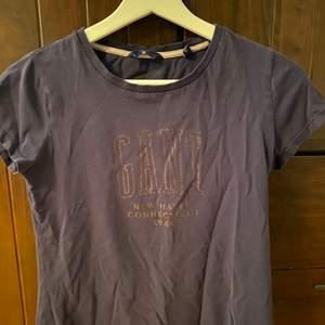 Säljer nu min mörkblåa gant t-shirt med vit text i strl. XS/S