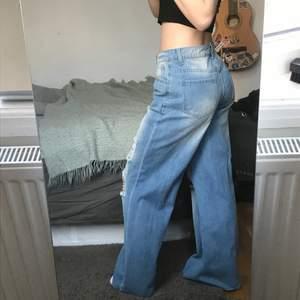 Aldrig använt. Beställd från SHEIN. Den blåa färgen på bilderna matchar verkligheten. Byxorna är smala i midjan med ripped breda längder. (Jag är 160 cm).