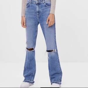 Säljer mina utsvängda berskha jeans med hål då dom tyvärr inte kommer till användning då jag har andra liknande.                                                                                 Jag är 163cm och de går ner till marken på mig!💕 det är bara att fråga om du vill ha fler bilder eller undrar något! jag kan frakta men då står köparen för frakten eller mötas upp i Stockholm😊