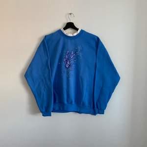 Vintage frjärils Sweatshirt. Den är i bra skick och sitter som XL/L hänvisa, till modellen som är 180cm.