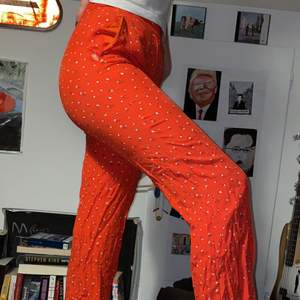 Säljer mina underbara kostymbyxor från bikbok då de blivit för små :,( Har en liten reva vid ena fickan men som man lätt kan fixa ! Jag är 170 för referens ❤️ 50kr+frakt