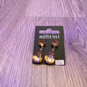 """Säljer dessa örhängen från montini i en superfin färg. Nypris är 60 kronor men säljer dem för 35 med gratis frakt. 🥰 båda """"plupparna"""" är kvar, både de i metall och de i silikon!"""