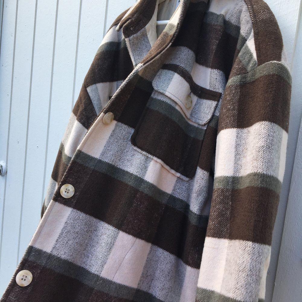 Jätte fin och skön jacka till både våren och hösten! Den är ifrån pull and ber och är i storlek L. Om man är en S-M så är den jätte snyggt oversize också. Har använt 2 gånger. Jackor.