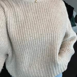 Så mysig beige stockad tröja! Sticks inte💓💓 storkel m men sitter mer som en lite oversized s