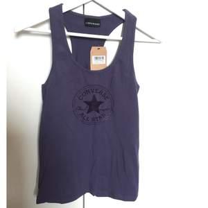 Lila superfint linne i märket Converse✨ Aldrig använd och lappen sitter kvar! Storlek S