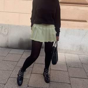 Säljer min american apparel tenniskjol! Så sjukt fin färg och perfekt när man är brun. Stolek S men passar xs-s! Gör outfiten lite roligare! Budgvining från 100kr!