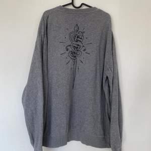 Grå oversized tröja från Carlings med en liten fläck på högra axeln. Sparsamt använd och i bra skick!