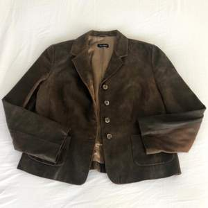Brun vintage läderjacka i äkta läder, storlek 42. Köpt secondhand, 170kr + frakt 🌙