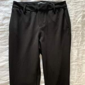 Skitsnygga kostymbyxor i bootcut modell köpta ifrån only.🖤Sparsamt använda. Storlek XS🖤frakt 66 kr, samfraktar gärna! Nypris 399 kr, budgivning från 150 kr🖤