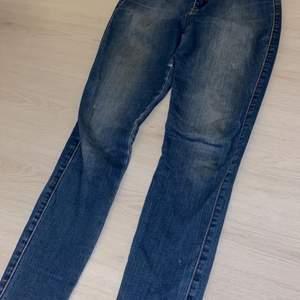 Snygga tighta blåa jeans från Fashionnova, det är storlek 7 i US storlek vilket motsvarar ungefär storlek 36. De är dock lite slitna mellan benen men det går lätt att sy ihop! Köparen står för frakt.