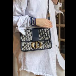 Intressekoll på min fina väska! Hur fin som helst och mycket välgjord . Använd mycket sparsamt (dm för bilder inuti ) 🌺 äkta läder på detaljer och remmen . fått i present så inget kvitto plus detta är en imitation därav priset nu . (!!)  medium storlek