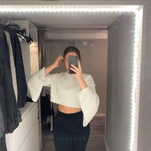 Jätte fin vit cropad sweater! De öppna armarna ger en väldigt härlig touch!