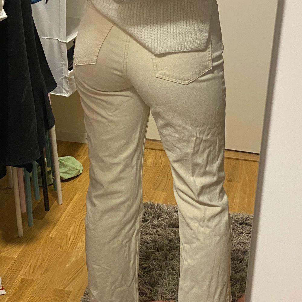 KNAPPT använda weekday jeans i populära modellen rowe, strl 27/32🥰 kan även byta mot ett annat par rowe jeans i strl 26/32/34! Frakt tillkommer💕. Jeans & Byxor.