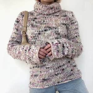 Grovstickad tröja i bra skicksom jag köpte här på plick för 200kr, men den är tyvärr för liten och säljer därför vidare. Bilderna är från den tidigare ägaren, Isabells vintage & secondhand