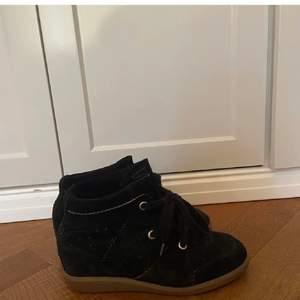 Svarta Isabel Marant skor i modellen Bobby, storlek 38, kommer med dustbag och kartong, dem är köpta för ungefär ett år sedan för 4 739kr. Dem är använt max fem gånger.
